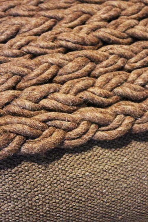 Pouf in lana intrecciata dal design moderno