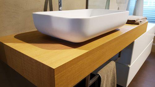 arredo bagno moderno piano in legno sospeso