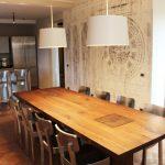 tavolo moderno in legno massello e carta da parati a Reggio Emilia