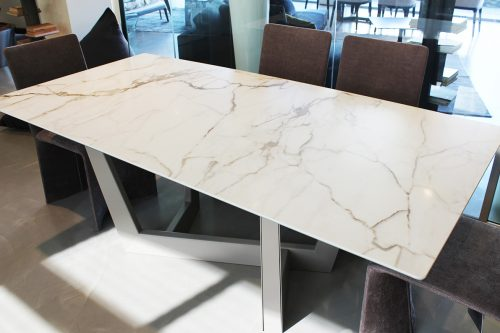 tavolo di design moderno con piede centrale in offerta