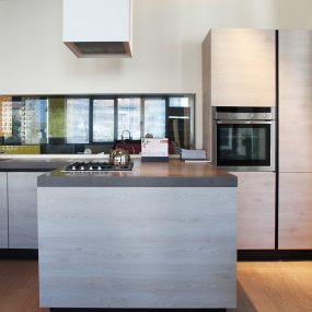 cucina moderna effetto legno con gola e top in Laminam