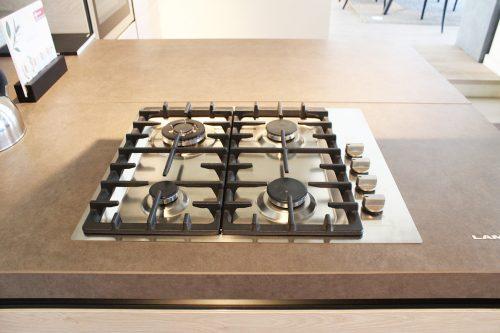 cucina di design con penisola, piano ed elettrodomestici in sconto