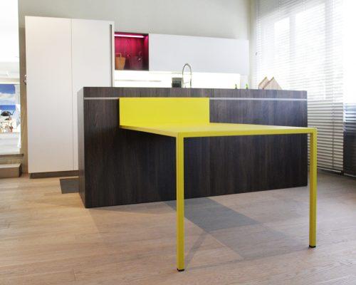composizione cucina con isola e tavolo scorrevole in offerta