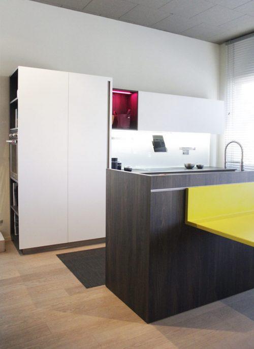 cucina bianca con isola moderna e piano in ceramica Dekton in sconto