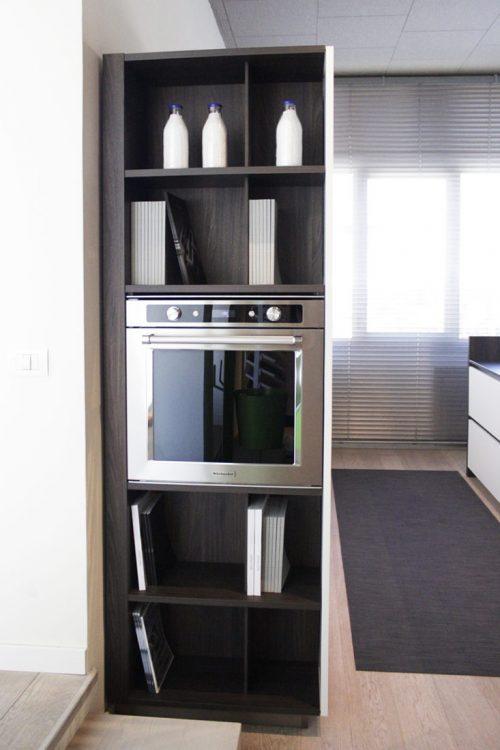 cucina con colonna forno laterali in legno e bianco in sconto