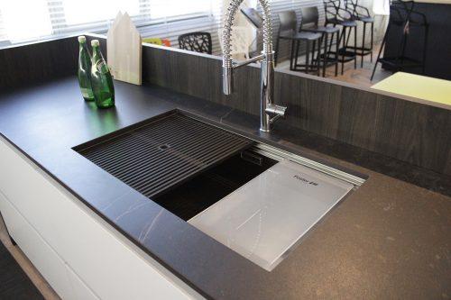 cucina con isola e lavello acciaio sottotop scontata