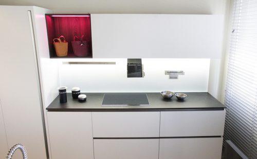 cucina bianca Copatlife con piano in Dekton e schienale in vetro magnetico scontata