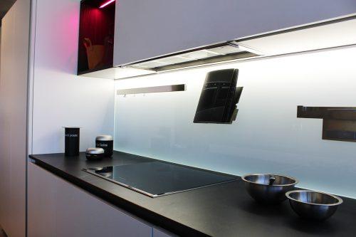 moderna cucina bianca con schienale vetro magnetico in offerta