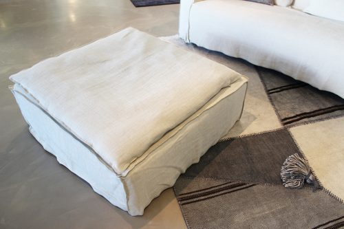 divano con pouf in tessuto sfoderabile Gervasoni in offerta