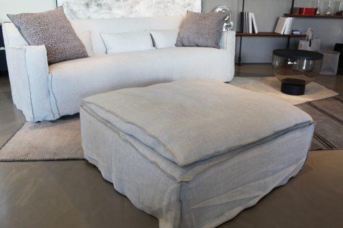 divano lineare con pouf scontato