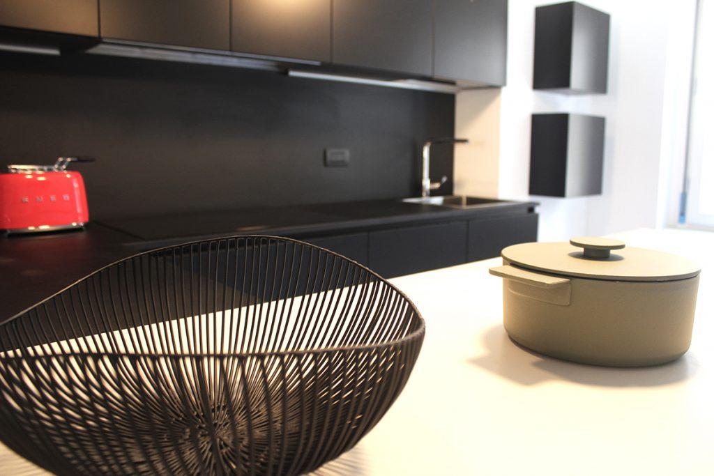 Cucina moderna con penisola e piano cottura ad induzione