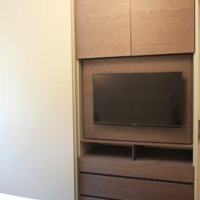 Armadio con ante scorrevoli e porta TV