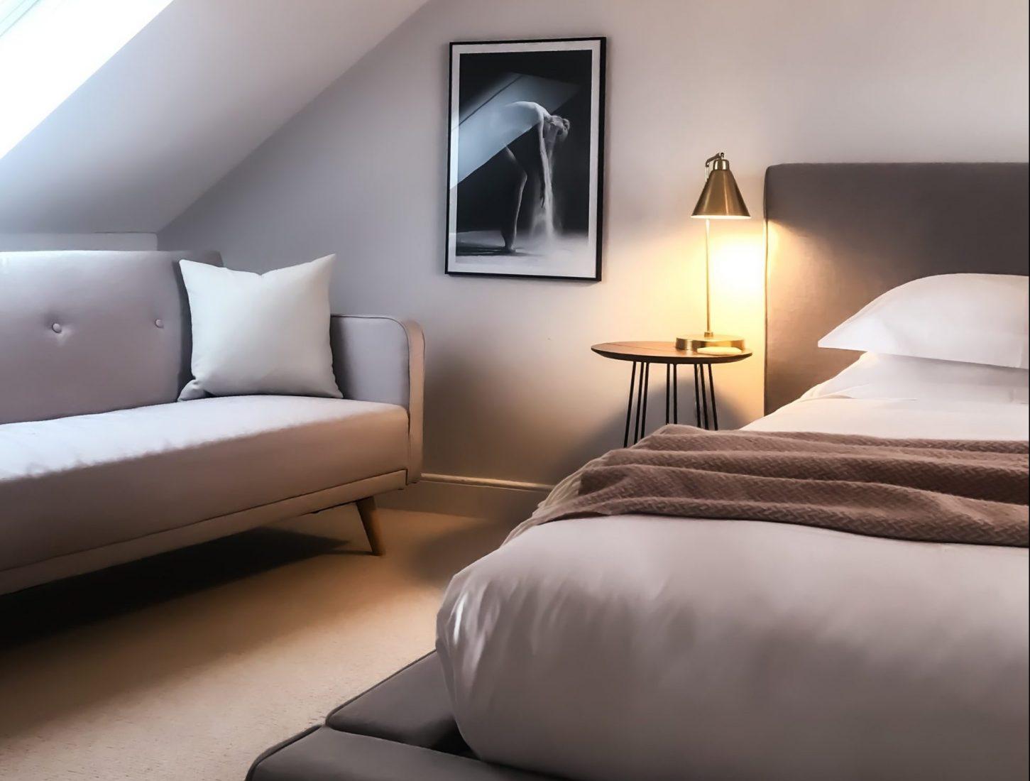 Elementi d'arredo per la camera da letto matrimoniale moderna