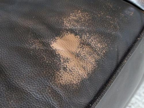 Divano in pelle screpolato: i danni dell'usura