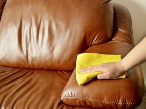Pulizia del divano in pelle screpolato