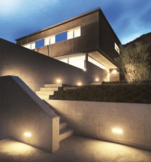 Illuminazione esterna villa moderna